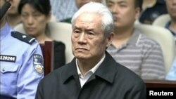 中国中央电视台2015年6月11日的电视画面显示前中共政治局常委周永康在天津听取一家法庭对他的判决。