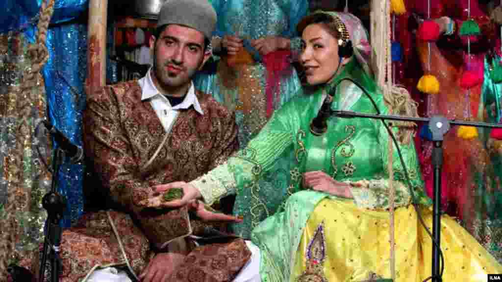 ایلنا از مراسم جشن عقد دو جوان لٌر عکسهایی گذاشته که بطور سنتی این ازدواج کرده اند. آئینهایی مثل مراسم حنا بندان که این روزها کمتر مورد توجه قرار می گیرد. عکاس: سحر سیفی، ایلنا