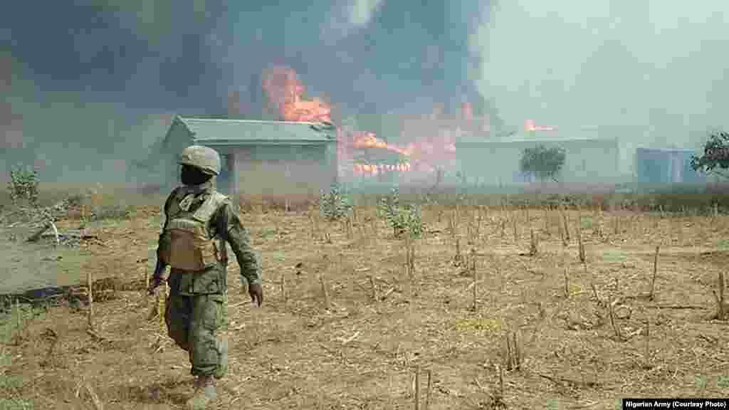Sojojin Najeriya a bayan da suka fatattaki 'yan Boko Haram daga wani sansaninsu dake dajin Sambisa a Jihar Borno