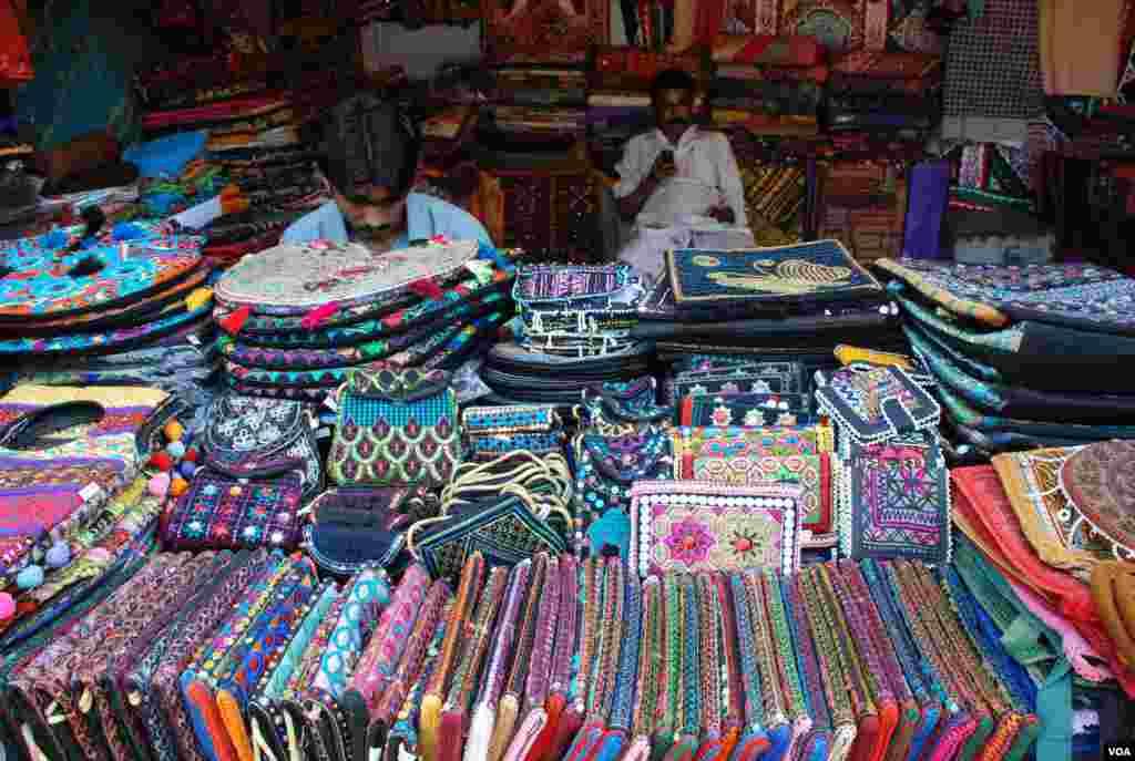سندھ کے روایتی پہناوے اور دیگر دستکاریاں۔