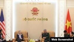 Tina S.Kaidanow, Phó Trợ lý Ngoại trưởng thứ nhất, phụ trách các vấn đề chính trị - quân sự, Bộ Ngoại giao Hoa Kỳ gặp Thượng tướng Nguyễn Chí Vịnh, Thứ trưởng Bộ Quốc phòng Việt Nam, ngày 29/1/2018. Ảnh: NLD