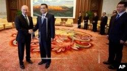 Слева направо: Президент России Владимир Путин и Премьер Госсовета КНР Ли Кэцян (архивное фото)