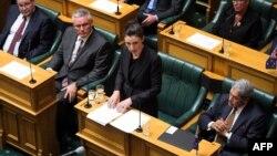Kryeministrja Jacinda Ardern duke folur në parlament