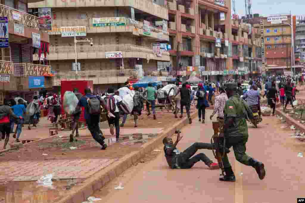 មន្ត្រីប៉ូលិសកំពុងដេញអ្នកលក់ដូរតាមផ្លូវ នៅទីក្រុងកាំប៉ាឡា ប្រទេសអ៊ូហ្គាន់ដា បន្ទាប់ពីប្រធានាធិបតីYoweri Museveni បានដាក់បទបញ្ជាឲ្យសាធារណជនស្នាក់នៅផ្ទះ រយៈពេល ៣២ ថ្ងៃ ដើម្បីចាប់ផ្ដើមការទប់ស្កាត់ការរាតត្បាតវីរុសកូរ៉ូណា។