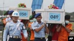 Los cuerpos están siendo trasladados por aire a Pangkalan Bun, la ciudad más próxima al lugar del accidente.