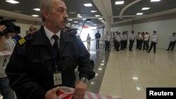 러시아 정부가 에드워드 스노든의 임시 체류를 허가한 가운데, 24일 모스크바 공항 보안 관계자가 스노든이 머물고 있는 것으로 알려진 공항 내 환승구역 접근을 통제하고 있다.