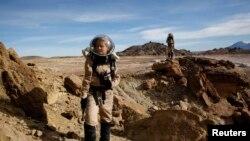 Csilla Orgel, seorang geologis, mengumpulkan sampel geologis untuk diteliti di Mars Desert Research Center di Hanksville, di padang pasir Utah, 2 Maret 2013. (Foto:Dok)