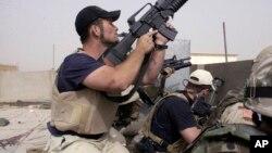 بلیک واٹر کا ایک سیکیورٹی گارڈ عراق کے ایک نامعلوم علاقے میں سیکیورٹی کے فرائض انجام دے رہا ہے۔ فائل فوٹو
