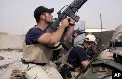 Tentara bayaran yang bekerja untuk kontraktor keamanan swasta dalam baku tembak dengan demonstran Irak yang mendukung Muqtada al-Sadr, di Najaf, Irak, 4 April 2004. (Foto: AP/arsip)