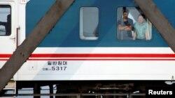 지난 12일 북한에서 '조중친선다리(중조우의교)'를 건너 중국 단둥으로 향하는 열차에 탄 승객이 창 밖을 내다보고 있다.