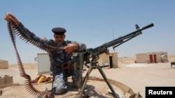 伊拉克军人在巴格达以南调整子弹带