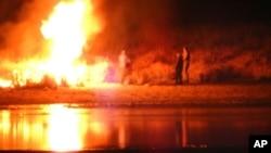 اتوار کی شب ہونے والی جھڑپوں کے دوران مظاہرین نے کئی مقامات پر آگ لگادی