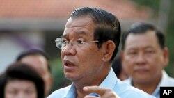 Thủ tướng Campuchia Hun Sen tại một điểm bầu cử ngày 25/2/2018.
