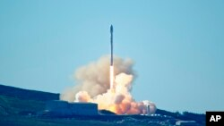 Roket Falcon 9 rocket diluncurkan dari Pangkalan Angkatan Udara Vandenberg di California (14/1). (Matt Harman via AP)