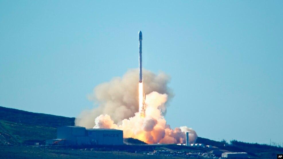 美国私营公司SpaceX成功发射并回收一级火箭