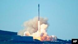 ຈະຫຼວດ Falcon 9 ຂອງບໍລິສັດ SpaceX ຖືກສົ່ງຂຶ້ນສູ່ອາວະກາດຈາກຖານທັບອາກາດ Vandenberg, ລັດ ຄາລິຟໍເນຍ. 14 ມັງກອນ, 2017.