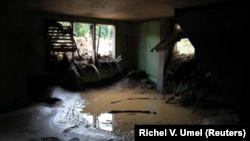 Una casa devastada tras el paso de la tormenta tropical Tembin en el norte de Filipinas.