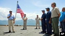 3일 베트남 캄란만에 정박 중인 'USNS 리차드 E. 버드'를 찾아 베트람 실종 미군 유해 발굴에 대해 언급하는 리언 파네타(좌) 미 국방장관