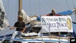 غزہ امدادی سامان لے کرجانے والے یہودی گروپ کے ارکان کشتی پر سوار ہیں