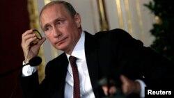 Majelis tinggi parlemen Rusia meloloskan permintaan Presiden Vladimir Putin untuk mencabut mandat pengiriman pasukan Rusia ke Ukraina (foto: dok).