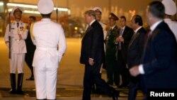 Le président américain Donald Trump arrive à l'aéroport international de Noi Bai pour un deuxième sommet avec le dirigeant de la Corée du Nord, Kim Jong Un, à Hanoi, au Vietnam, le 26 février 2019.
