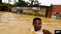 Мужчина, плывущий по затопленной улице города Барловенто в штате Миранда. Венесуэла 1 декабря 2010г.