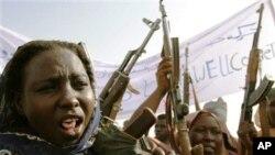 Wanawake wa Sudan wakicheza na silaha zao wakishiriki katika zoezi la kijeshi kuonesha nguvu zao wakati wa ziara ya balozi wa UNICEF Mia Farrow mjini Gallap.