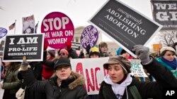 2013年1月25日羅訴韋德案判決40周年後﹐支持與反對墮胎人士在聯邦最高法院前示威。