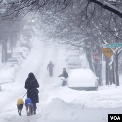Salju masih memenuhi jalan-jalan raya di kota Albany, New York yang menghambat perjalanan warga AS yang sedang berlibur Natal.