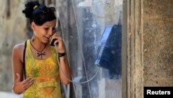 쿠바 아바나에서 한 여성이 공중전화로 통화하고 있다. (자료사진)