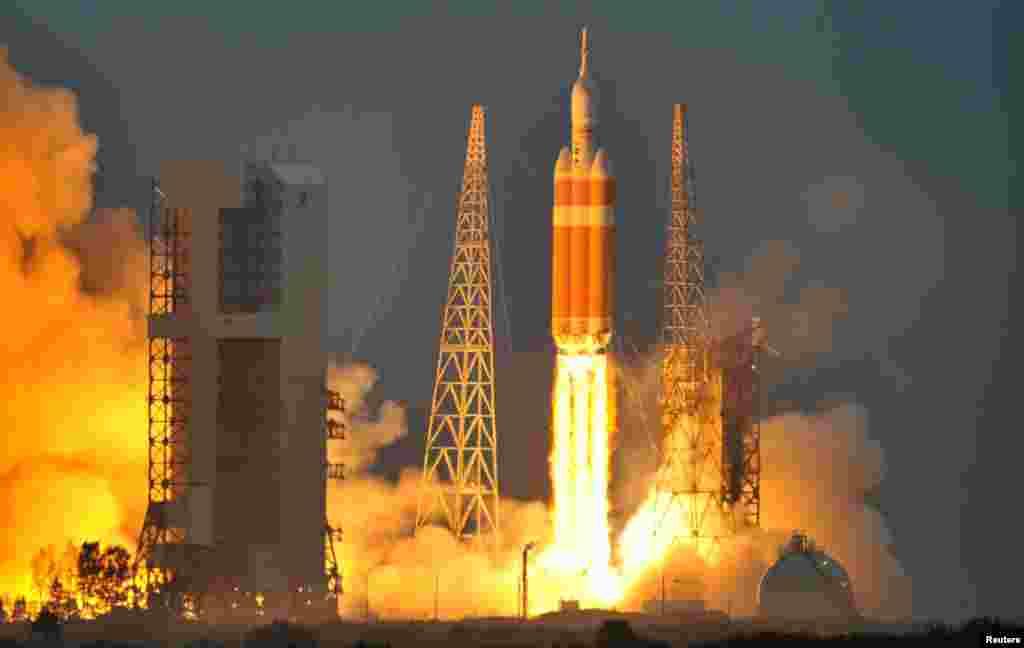 La fusée Delta IV Heavy décolle avec le vaisseau spatial Orion de la station de Cap Canaveral Air Force à Cap Canaveral, en Floride, le 5 décembre 2014.