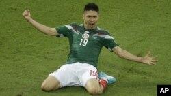 Tiền đạo Oribe Peralta ăn mừng sau khi ghi bàn vào lưới Cameroon.