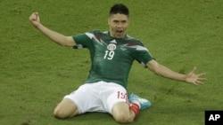 Oribe Peralta merayakan gol tunggal yang membawa kemenangan Meksiko atas Kamerun dengan skor 1-0, Jumat (13/6).