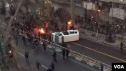 تظاهرکنندگان خودرو پلیس را در خیابان ولیعصر تهران واژگون کردند