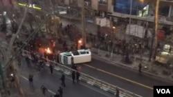معترضان در خیابان ولیعصر تهران یک خودروی پلیس را واژگون کردند.