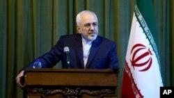 Ngoại trưởng Iran Mohammad Javad Zarif lắng nghe một câu hỏi trong cuộc họp báo tại Tehran, ngày 17/10/2015.