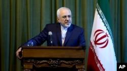 ລັດຖະມົນຕີຕ່າງປະເທດ ອີຣ່ານ ທ່ານ Mohammad Javad Zarif ຮັບຟັງຄຳຖາມຕ່າງໆ ໃນລະຫວ່າງກອງປະຊຸມ ຖະແຫລງຂ່າວ ພ້ອມກັບຄູ່ຕຳແໜ່ງຂອງທ່ານ ຈາກເຢຍຣະມັນ ທ່ານ Frank-Walter Steinmeier ຢູ່ໃນນະຄອນຫຼວງ Tehran, ປະເທດ Iran, ເມື່ອວັນເສົາ 17 ຕຸລາ 2015.