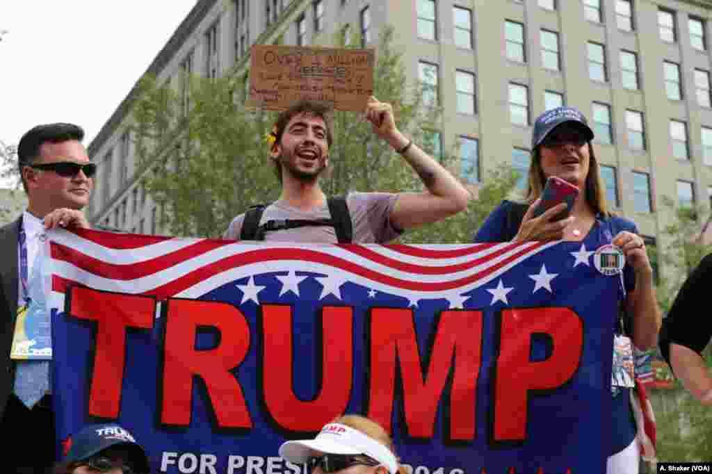 حامیان دانلد ترمپ در حال شعار دادن در شهر کلیولند.
