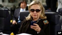 خانم کلینتون در یک سال اخیر با انتقاد شدید جمهوریخواهان بخاطر استفاده از سرور شخصی برای ایمیل های کاری مواجه بود.