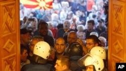 Policija pokušava da blokira ulaz demonstrantima u zgradu Sobranja u Skolju, Makedonija, 27. aprila 2017.