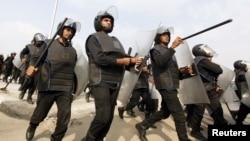 Para polisi di Kairo bersiap menghadapi kerusuhan. (Foto: Dok)