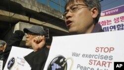 南韓示威者星期一在首爾的美軍總部前抗議南韓和美軍的聯合軍事演習