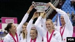 Republik Ceko mengalahkan Rusia 3-2 dalam final perebutan Fed Cup di Moskow. Dari kiri : Lucie Hradecka, Lucie Safarova, Kveta Peschke, Petra Kvitova, dan kapten Petr Pala (6/11).