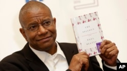 "Penulis Amerika Paul Beatty berpose di London setelah mendapatkan penghargaan Man Booker Prize 2016 untuk karya fiksi atas bukunya ""The Sellout"" di London (25/10). (AP/Alastair Grant)"