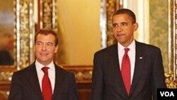 Barack Obama dan Dmitri Medvedev pada saat bertemu di Moskow, 6 Juli 2009.