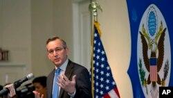Data Besar baru Amerika untuk Myanmar, Scot Marciel, dalam jumpa pers di Kedutaan Amerika di Rangoon (Yangon), Selasa (10/5).