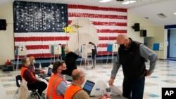 3 Ekim 2020 - Virginia'da erken oy kullanan bir seçmen