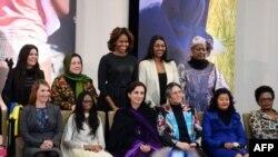 La primera dama Michelle Obama, al centro de pie, posa junto a las merecedoras del premio Mujeres de Valor 2014.