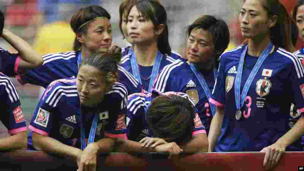 Wachezaji wa Japan wakiliwazana baada ya kupoteza mechi ya fainali.