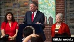 白思豪在第20公立小学宣布农历新年为纽约公校正式假日,左为国会议员孟昭文。(纽约市政府网站截图)